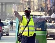 پشاور: صدر روڈ پر کورونا وائرس کے احتیاطی تدابیر کے طور پر ٹریفک پولیس ..