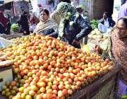 حیدرآباد: لطیف آباد میں ایک دکاندار خواتین کو ٹماٹر فروخت کر رہا ہے۔