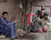 لاہور گڑھی شاہو چوک میں محنت کش پھولوں کے گجرے فروخت کرنے کیلئے بیٹھے ..