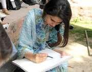 لاہور:الحمراء کلچرل کمپلیکس کے احاطے میں بیٹھی لڑکی ڈرائنگ کر رہی ہے۔