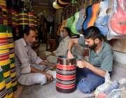 لاہور :ایک کاریگر ڈھولکی تیار کر رہا ہے۔