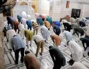 حیدر آباد: ایک مسجد میں حکومتی فیصلے کے تناظر میں فاصلے کے ساتھ نماز ..
