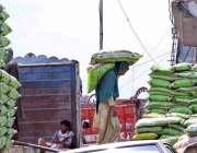 راولپنڈی: شہر کے پیروادھائی کے علاقے میں ٹرک کو لوڈ کرنے کے دوران   ..