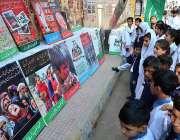 حیدرآباد: پریس کلب کے باہر یوم یکجہتی کشمیر کے سلسلے میں لگے بینر طلباء ..