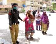 حیدرآباد، نور محمد ہائی سکول میں ایک پولیس اہلکار احساس پروگرام کے ..
