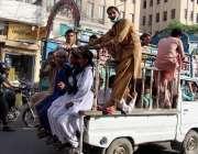 کراچی: لاک ڈوان کے باعث پبلک ٹرانسپورٹ بند ہونے کے سبب شہری سوزوکی میں ..