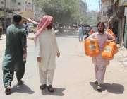 کراچی: لیاری کھڈا مارکیٹ میں پانی کی قلت کے باعث ایک شہری پانی کے حصول ..