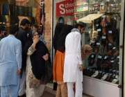 لاہور: شہر میں تین روز بعد کاروبار دوبارہ کھلنے پر شہری انارکلی بازار ..