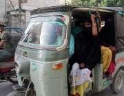 کراچی: لاک ڈوان کے باعث شہری رکشوں میں بنا احتیاطی تدابیر کے سفر کر ..