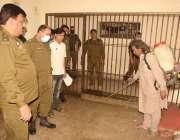 لاہور: کورونا وائرس کے تدارک کیلئے تھانہ قلعہ گجرسنگھ کی حوالات میں ..