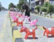 فیصل آباد: ایک دکاندار روزی کے حصول کے لئے صارفین کو راغب کرنے کیلئے ..