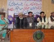 لاہور : رائے ونڈ روڈ کا رہائشی ارشادسندھو پریس کانفرنس کررہا ہے۔