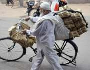 لاہور: ایک بزرگ محنت کش سائیکل پرخاکی لفافے فروخت کرنے کیلئے جارہا ..