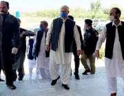 بنوں، وزیراعلی خیبرپختونخوا محمود خان پریس کانفرنس سے خطاب کر رہے ..