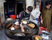 لاہور:ایک محنت کش اندرون شہر میں کباب تیار کر رہا ہے۔