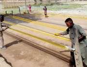 کراچی، مزدور پتنگ بازی کیلئے تیز دھار مانجا تیار کر رہے ہیں۔
