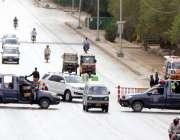 کراچی، کورونا وائرس کی وجہ سے شہر میں لاک ڈائون کے دوران پولیس شارع ..