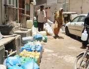 کراچی : آگرہ تاج کالونی میں پانی کی قلت کے باعث مکین دور دراز سے پانی ..