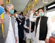 اسلام آباد: وزیر اعظم عمران خان بس ریپڈ ٹرانزٹ (بی آر ٹی) میں سفر کررہے ..