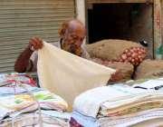کراچی: ایک بزرگ شہری گھر کی کفالت کے لیے تولیے فروخت کر رہا ہے۔