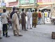 لاہور، یوٹیلٹی سٹور سے اشیائے خوردنوش کی خریداری کیلئے عوام قطار بنائے ..