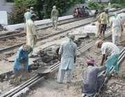 لا ہور: ریلوے مزدور مغلپورہ پھاٹک کی مرمت کا کام کررہے ہیں۔