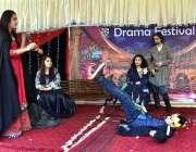 پشاور: بی ایچ ایس ایس ورسک کیمپس میں ڈرامہ فیسٹیول کے دوران اسٹیج پر ..