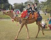 لاہور: جیلانی پارک میں جشن بہاراں فیسٹیول میں بچے اونٹ کی سواری سے لطف ..