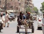 کراچی :لاک ڈوان اور سخت گرمی میں دیہاڑی دار مزدور روزی کی تلاش میں گدھا ..