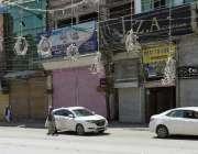 پشاور، لاک ڈائون کے باعث صدر بازار میں دکانیں بند ہیں۔