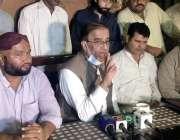 سکھر: پی ایم ایل این کے صدر سندھ شاہ محمد شاہ میڈیا سے گفتگو کرتے ہوئے۔