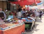 کراچی، رمضان المبارک کی آمد کے باعث کھجور بازار میں دکانیں کھلی ہیں۔