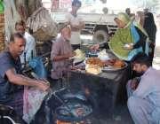 کراچی:شہری ایک سٹال سے پکوڑے خرید رہے ہیں۔