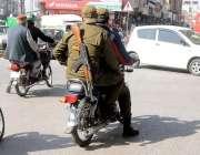 """راولپنڈی:""""دوسروں کونصیحت، خود میاں فصیحت پولیس اہلکار ہیلمٹ پہنے .."""
