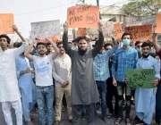 لاہور، سرکاری میڈیکل کالجز کے طلبہ اپنے مطالبات کے حق میں احتجاج کر ..