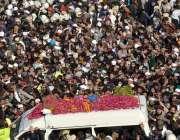 لاہور، تحریک لبیک پاکستان کے سربراہ علامہ خادم حسین رضوی کی میت ایمبولینس ..