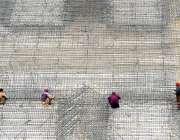 راولپنڈی: صدر کے علاقے میں زیر تعمیر پلازہ کی چھت پرمزدور کام کر رہے ..