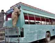 فیصل آباد: کاریگر اپنے کام کے مقام پر بس پینٹ کررہے ہیں۔