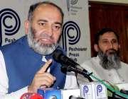 پشاور: جماعت اسلامی کے سینیٹر مشتاق احمد پریس کانفرنس سے خطاب کررہے ..