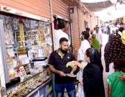 حیدرآباد:جزوی لاک ڈائون کے دوران خاتون ایک دکاندار سے خریداری کر رہی ..