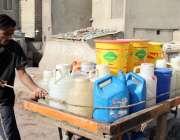 کراچی: لیاری کھڈا مارکیٹ کے رہائشی پانی کی قلت کے سبب ماڑی پور روڈ سے ..