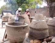 لاہور: مزدور اپنے کام کی جگہ پرتندور تیار کرنے میں مصروف ہیں۔