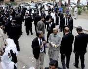 کراچی، ہائیکورٹ میں سندھ بار کونسل کے الیکشن کے دوران گہماگہمی کا ایک ..