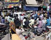 لاہور: شہر میں تین روز بعد کاروبار دوبارہ کھلنے پرانارکلی بازار میں ..