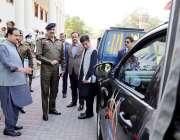 لاہور، وزیراعلی پنجاب عثمان بزدار پولیس کو گاڑیوں کی فراہمی کے موقع ..