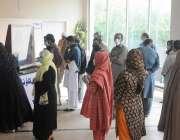 راولپنڈی، بی بی ایچ ہسپتال میں شہری کرونا ٹیسٹ کیلئے قطار میں کھڑے ..