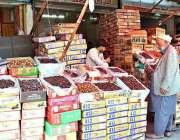 راولپنڈی: رمضان المبارک کے مقدس مہینے کے سلسلے میں نمک منڈی میں دکاندار ..