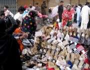 حیدرآباد: ریشم بازار میں خاتون جوتے خرید رہی ہے