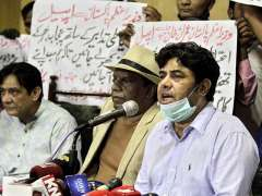 Lahore: Stage artists Naseem Vikey, Amanat Chan and others addressing a press conference at Press Club.