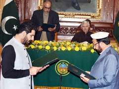 PESHAWAR:Governor Khyber Pakhtunkhwa Shah Farman administering oath to Malik Shah Muhammad and Muhammad Iqbal Wazir as Cabinet Member/ Provincial Minister of Khyber Pakhtunkhwa during a ceremony at Governor House.